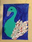 cygne réalisé en peinture acrylique et collage au cours enfant de l'atelier croqu'art