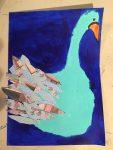 dessin de cygne à la peinture acrylique et en collages, réalisé au cours enfant de l'atelier croqu'art, à Villers-cotterêts