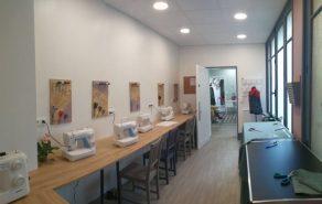 Salle de couture des ateliers créatifs, cours dispensés par Emilie Bêchepois