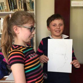 atelier je dessine mon copain. dessin en binome réalisé par les élèves du cours enfant de Coraline Van Butsele à Villers-Cotterêts