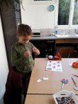 Stage multi activités, création d'accessoires avec Blandine, aux ateliers créatifs de villers-cotterets. confection d'un magnet, un porte clés et un badge.