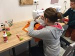 Atelier couture encadré par Emilie Bêchepois pendant le stage multi activités des vacances de la Toussaint