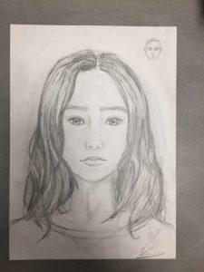 autoportrait réalisé au crayon en cours de dessin ado encadré par Coraline Van Butsele aux Ateliers Créatifs de Villers-Cotterêts.