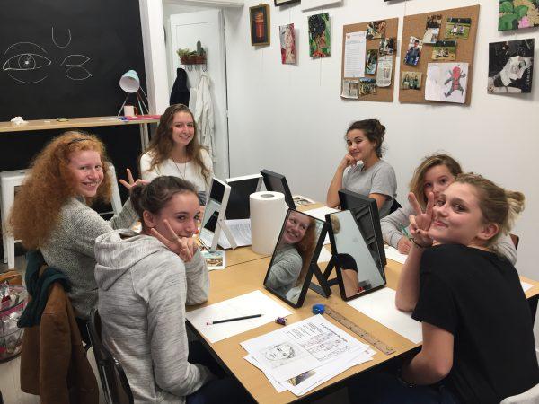 cours de dessin ado du mercredi sur le thème de l'autoportrait, encadré par Coraline Van Butsele aux ateliers créatifs de villers-cotterets