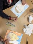 dessin autoportrait réalisé à l'aide d'un miroir en cours enfant encadré par coraline van butsele, au sein de l'association les ateliers créatifs de Villers Cotterêts