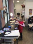 Stage tote bag enfant aux ateliers creatifs de villers-cotterets encadrés par Coraline van butsele pour la peinture sur tissu et par emilie bechepois pour la couture