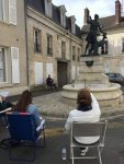 Stage croquis dans les rues de villers cotterets avec pour modeles les statues la madelon et dianne chasseresse. Stage encadré par Coraline Van Butsele aux ateliers créatifs de villers-cotterets