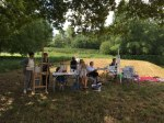 stage peinture en extérieur à Port aux perches dans l'aisne. atelier de plein air encadré par Coraline Van Butsele, professeur de dessin aux ateliers créatifs de villers-cotterets