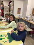 stage enfant coussin peinture sur tissu et couture encadré par Coraline Van Butsele et Emilie Bechepois aux ateliers créatifs de villers-cotterets