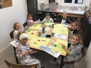 Stage coussin pour les enfants encadré par Emilie Bêchepois et Coraline Van Butsele aux ateliers créatifs de villers cotterêts. programme de l'atelier : matinée peinture sur tissu et après midi couture.