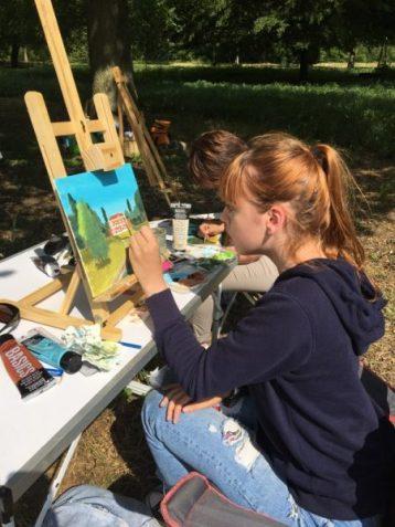 stage peinture en extérieur encadré par Coraline Van Butsele aux ateliers créatifs de Villers-Cotterets