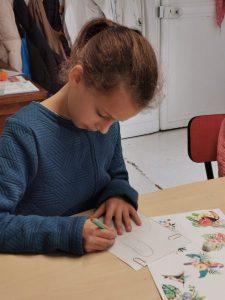stage dessin et couture pour enfant sur villers-cotterets. atelier encadré par Coraline Van Butsele et Emilie Bêchepois. confection d'un sac à dos et d'un porte clés en plastique fou.
