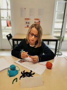 stage crochet enfant encadré par Carole Codden, sur les thème d'Halloween aux ateliers créatifs de Villers-Cotterêts